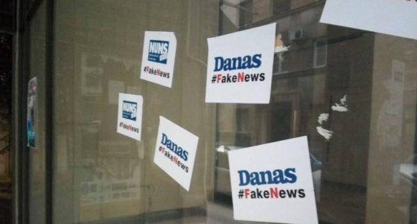 Osobe sa kapuljačama postavile uvredljive plakate protiv NUNS-a i lista Danas