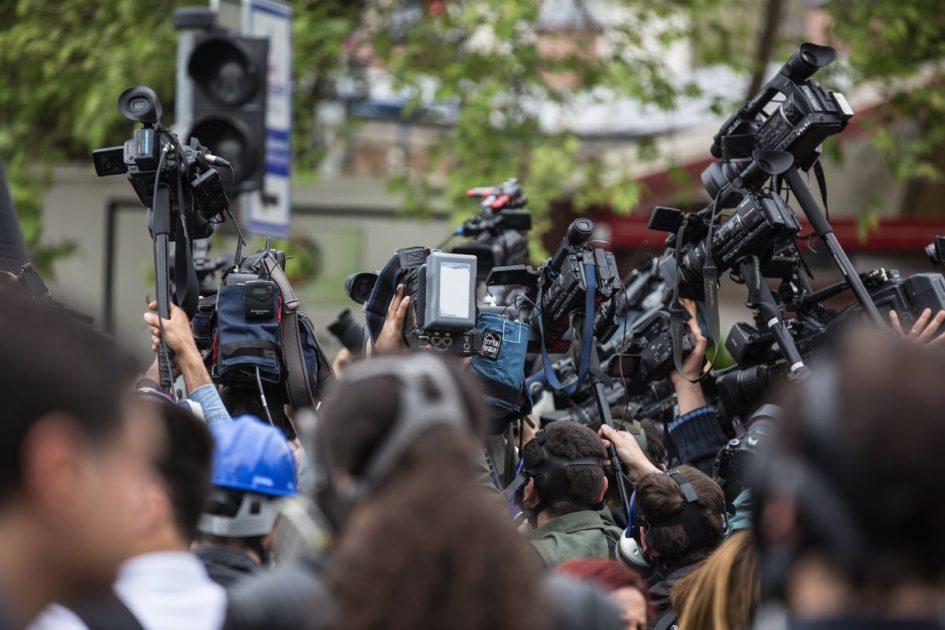 Apel urednicima i institucijama: Ne izlažite se bespotrebnom riziku, solidarno dijelite informacije, obustavite press konferencije sa većim brojem novinara!